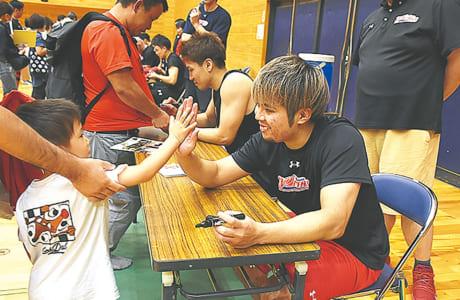 公開練習後に行われたサイン会。中でも石川海斗選手には行列ができていました