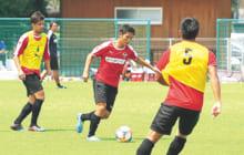 北嶋秀朗ヘッドコーチや藤本主税コーチの指導で得点力に磨きをかけている北村知也選手(中央)
