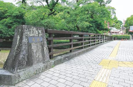 橋の名が書かれた親柱