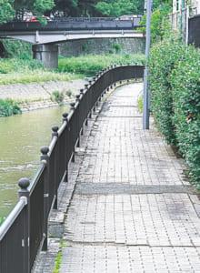 川に沿った遊歩道