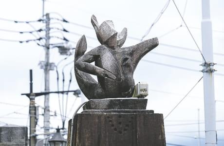 両親柱にはタヌキとエビの彫刻