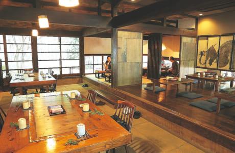 広い土間には大きなテーブル。奥は板張りと畳敷きの空間