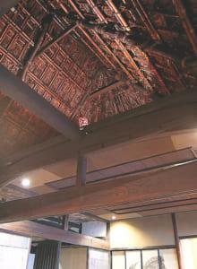 かやぶき屋根の高い天井
