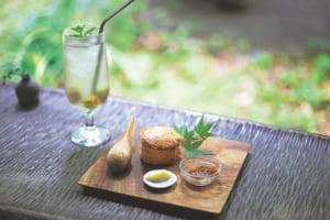 プチプチした食感が人気の玄米スコーン(季節のジャムとバター付き)500円、自家製果実シロップ650円