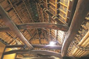 かやぶきの天井と、2つの建物を中央でつないである独特の造りを見ることができます