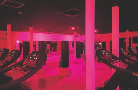 自分の世界に没頭できるスタジオで、1人1台のランニングマシンとサンドバッグを使ってトレーニング! トレーナーは、室内のビジョンに大きく表示される各人の心拍数を見ながらアドバイス