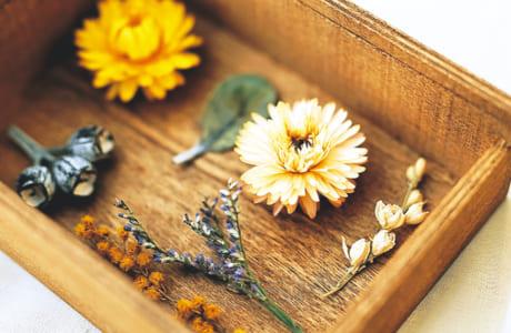 飾る途中で茎から取れてしまったフラワーは、標本用の木箱(写真は100円ショップで購入)に、グルーガンで標本のようにくっつけるだけでも、カワイイ雑貨に活用できます!
