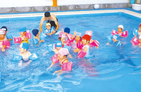 全天候型のプールで、日焼けを気にせず楽しめます