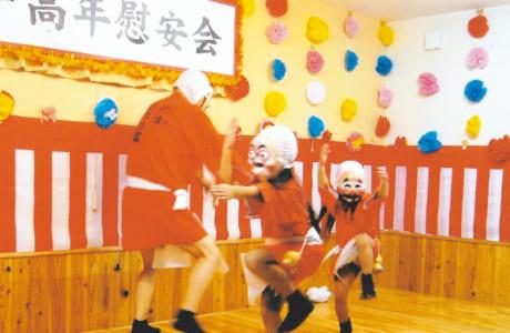 ステージの上で踊る3人