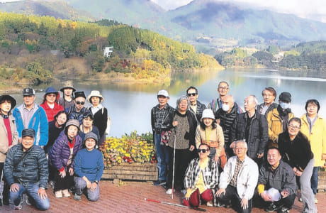 視覚障がい者ガイドボランティアグループ「あゆみ」の会長も務め、買い物や散歩のサポートなどをしています。写真は、日帰り旅行に付き添った時のもの