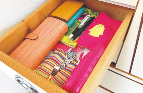 バッグに入れる必須アイテムを収納しておく引き出し。捜し物だけでなく、忘れ物をなくす効果もあります