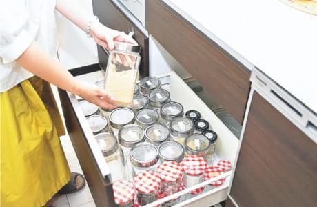 調味料類は中身や賞味期限をマスキングテープに書いて、瓶のふたに貼っておきます