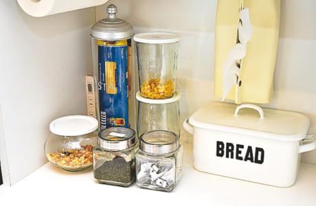 パスタの麺、紅茶のティーバッグなども透明容器で保存。おしゃれな瓶に入れれば、ディスプレーになります