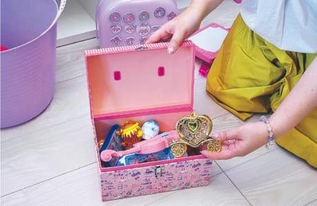 おもちゃの大きさによっていくつかの入れ物を用意。適正量を体感させながら片付けを学ばせます