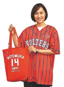 五瀬さんイチオシのベースボールシャツ4500円と選手トートバッグ(全12種) 2000円。ベースボールシャツには+1000円で好きな番号や名前をプリントすることもできます