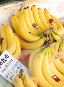 長崎県や山口県から買いに来るファンもいるそう。バナナは量り売り。価格は店頭で確認を