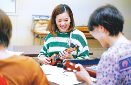 講座はボンボ藤井先生が指導。ウクレレ演奏が楽しすぎて、職場の同僚や友人も講座に誘ったそう