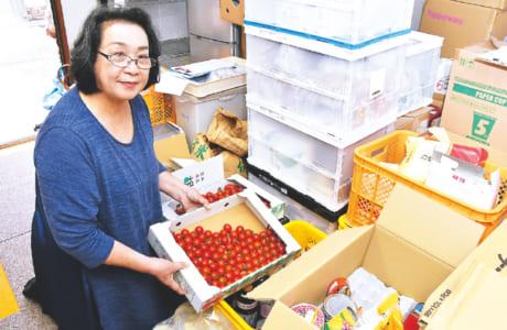 熊本藤富保育園の敷地内にある倉庫には、提供された食品・食材や日用品が所狭しと並べられています。「食品は消費期限ごとに仕分けしています。個人の方からもたくさん提供いただいていますが、加工食品は賞味期限が2カ月以上残っていて未開封のものだと助かりますね」