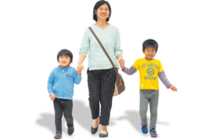 花田さんファミリー(左から)次男・信繁くん 恵美子さん 長男・孝高くん