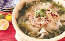 画像:おうちでCOOK – リボン状の薄い食材で時短にも! 豚肉とダイコンとワカメのひらひら鍋