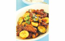 画像:おうちでCOOK – ズッキーニとバナナの黒酢酢豚