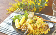 画像:おうちでCOOK – 春の幸を、ほんのりカレー風味で炊き上げて アサリとタケノコのカレーピラフ