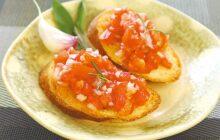 画像:おうちでCOOK – カリカリのパンにジューシーなトッピング トマトの簡単クロスティーニ