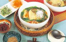 画像:おうちでCOOK – そうめんのゆで汁ごとスープに活用! 鶏手羽の汁そば風にゅうめん